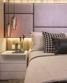 Detalhes desse quarto do casal lindo, com cabeceira estofada assimétrica e painel com iluminação ...
