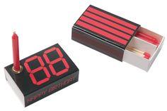 Happy Birthday Box; Statt Torte und vieler Worte -  Die HAPPY BIRTHDAY BOX ist universell für alle Geburtstage von 1-99 Jahre einsetzbar. Verwandeln Sie die '88' in das Alter des Geburtstagkindes, indem Sie die nicht benötigten roten Felder mit einem CD-Marker schwärzen. Die Rückseite bietet zusätzlich Platz für persönliche Grüße. Design André Rumann (Grafik) Streichholzschachtel bedruckt inkl. je 4 Kerzen rot und 4 Streichhölzern, 4.90 EUR