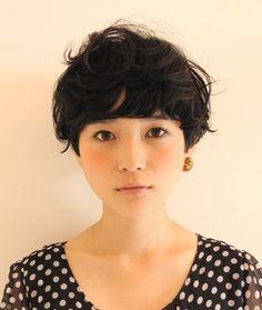(2ページ目) 明るい髪色や、伸ばしかけのミディアムにそろそろ飽きてきた・・・という方、いませんか?黒髪ショートヘアならオシャレ度アップ間違いなしです!暗め髪色にすることで、髪もきれいにツヤツヤに見え、モテ髪になりますよ♪ここでは、そんなかわいい黒髪のショートヘアスタイルをご紹介します!