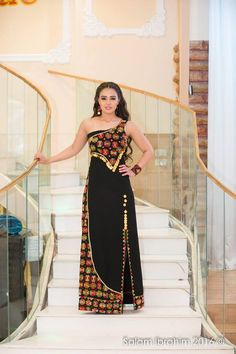 palestinian dress بس لو مستر و وافي Glam Dresses, Nice Dresses, Fashion Dresses, Afghan Clothes, Afghan Dresses, Arabic Dress, Beautiful Black Dresses, Embroidery Suits, Muslim Women