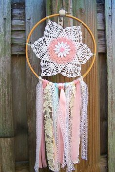 doily or lace dream catcher Diy Projects To Try, Craft Projects, Dreams Catcher, Diy And Crafts, Arts And Crafts, Simple Crafts, Doily Dream Catchers, Shabby Chic Crafts, Mobiles