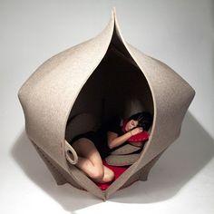 Véritable cocon feutré, Hush est une réalisation de la designer britannique Freyja Sewell. Entièrement conçu avec des matériaux biodégradables, cet abri se