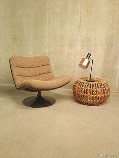 Fantastische stoel ontworpen door Geoffrey Harcourt voor Artifort in 1968. Deze stoel type F978 is origineel uit 1968. De bruine polyurethaan schelp met de tulp voet is kenmerkend voor dit model. Het zitcomfort is optimaal met draaibare voet. Een prachtig kleuren contrast tussen de zand-camel mêlee kleurige stof en de  donker bruine kuip. Mooi door zijn eenvoud en stijlvol lijnenspel.