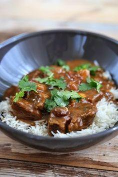 Curry de boeuf très parfumé pour 4 personnes: 500 gr de paleron de boeuf coupés en cubes 2 oignons coupés en petits dés 1 pomme à cuire (coupée en cubes ) 1 cuil à soupe de poudre de curry 2,5 cuil à soupe de farine 65 cl de bouillon de boeuf 1,5 cuil à soupe de chutney de mangue ( plus pour accompagner le plat ) 50 gr de raisins secs 400 gr de tomates concassées en conserve 1/2 citron 400 gr de riz basmati coriandre 70 gr de cacahuètes grillées