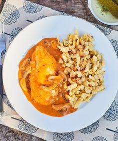 Bakonyi csirke szalonnás hagymás galuskával   Street Kitchen Thai Red Curry, Bacon, Meals, Ethnic Recipes, Kitchen, Food, Drink, Cooking, Beverage