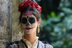 Por volta de 1800 , um artista anonimo do México resolveu mandar um recado as damas da alta sociedade, não se sabe o porque , talvez um coração partido. Começou a desenhar nas portas dos banheiros femininos . uma elegante dama muito bem vestida mas com rosto de caveira.  Através do conceito do ditado em latim MEMENTO MORI , queria dizer a elas que de nada importa seu status e nobreza , vai virar caveira. Então , tente se lembrar em vida de que és mortal , tente se lembrar que seu corpo pode…