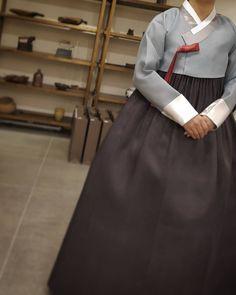 사진 설명이 없습니다. Korean Traditional, Traditional Outfits, Modern Hanbok, Figure Photo, Korean Dress, Photo Reference, Girl Fashion, Photo And Video, Skirts