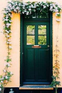 6 smukke hoveddøre - maybe the new color for my frontdoor Front Door Porch, Front Door Decor, Front Doors, Garage Entry, Garage Doors, Portal, Rain Wallpapers, Colour Architecture, Outside Decorations
