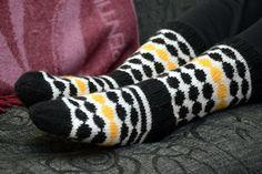Knitting Charts, Knitting Socks, Marimekko, Project Life Scrapbook, Wool Socks, Knit Crochet, Gloves, Slippers, Diy Crafts