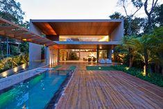 """Combinar a arquitetura com a natureza ao redor é um desejo de muitos proprietários. Em regiões metropolitanas, essa possibilidade dá aos moradores um conforto inigualável ao criar um refúgio em meio ao ritmo caótico do dia a dia. Os donos desta propriedade de 650 m², localizada em Nova Lima, vizinha a Belo Horizonte, pretendiam """"camuflar"""" …"""
