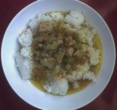 Rýže s kuřecím masem a zeleninou.