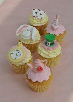 Alice In Wonderland Alice In Wonderland Cupcakes, Alice In Wonderland Tea Party Birthday, Alice In Wonderland Birthday, Wonderland Party, Wonderland Alice, Deco Cupcake, Cupcake Cakes, Cupcakes Princesas, Cupcakes Decorados