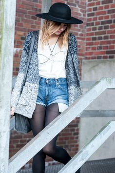 Winter Outfit: Knitted Cardigan, black Hat, Infinity Shirt, Tank Top and Vintage Levis Shorts, Winter Boho Look, Hippie, cozy - Hamburg, Streetstyle, Outfit, Blogger