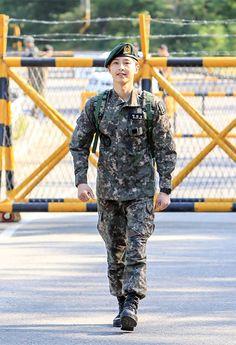 Song Joong Ki is Back! (plus press conference video) Descendants, Popular Korean Drama, Korean Drama Songs, Soon Joong Ki, Army Look, Descendents Of The Sun, Sun Song, Kim Joong Hyun, Songsong Couple