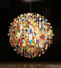lámpara realizada con todo tipo de objetos de plástico.19bis.com