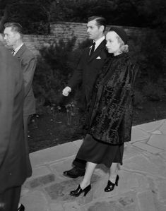 """ruthelizabeths: """" Clark Gable and Carole Lombard at Jean Harlow's funeral, 1937 """" Old Hollywood Stars, Golden Age Of Hollywood, Vintage Hollywood, Classic Hollywood, Hollywood Couples, Hollywood Icons, Hollywood Glamour, Hollywood Actresses, Clark Gable"""