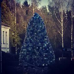 Lasipuu, Nuutajärven lasikylä. Glass ornament tree, Nuutajärvi Glass Village.
