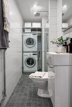 Nyrenoverat badrum med tvättpelare