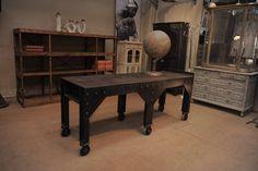 1 ou 2 anciennes consoles d'atelier mécanique à 6 pieds sur roulettes  dim 196 x67x H 77 cm