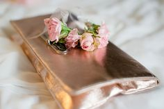 Blumen, Braut, Armband aus Blumen, Rosen, vintage - photo by Rebecca Conte