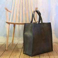 0260d17fc15 De leren tas My Paper Bag XL van Good For All is geïnspireerd op een  papieren tas.