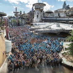 Star Wars: Galaxy's Edge in Disneyland is open today! I adore this cast photo by 🤩🤩🤩 so reminiscent of the Walt Disney World opening day photo (swipe left to check it out🥰) ⠀ . Walt Disney World, Disney World Opening, Disney Parks, Disney Food, Mark Hamill, Starwars, Millennium Falcon, Orlando Florida, Universal Studios