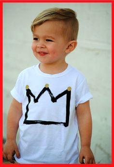 Oft kommt es vor, die Frisur des Kindes ist nach dem Haar der Erwachsenen modelliert. Junge imitiert sein Haar, und das M