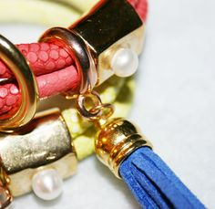 Pulseras con cuero sintético imitación serpiente y piezas de zamak. Los materiales en nuestra tienda online.