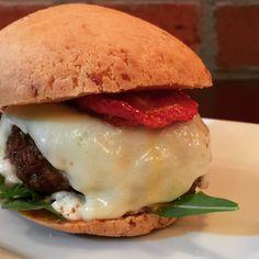 De repente seu Burger olha pra você e diz:  Uai sô!!! Pão de queijo tradicional, rúcula, djonaise, Burger de entrecot, mozarela e tomate seco.