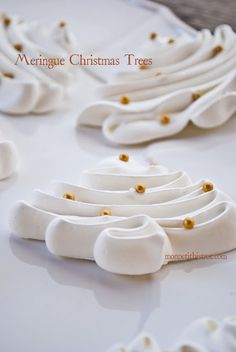 MERINGUE CHRISTMAS TREES These cookies are almost too pretty to eat, almost. Light and tasty these meringue cookies are sure to be a hit at your Christmas gathering. For the original post and recip… Xmas Food, Christmas Sweets, Christmas Cooking, Christmas Goodies, Christmas Candy, Christmas Tree, Desserts Xmas, Christmas Pavlova, Plated Desserts