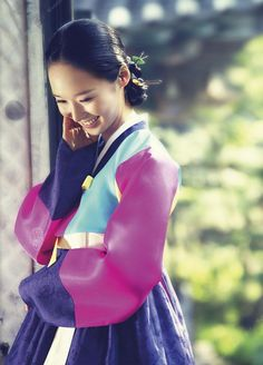 Traditional Korean clothing, hanbok, has gradually won favor by people from different parts of the world. Korean Clothes, Korean Outfits, Korean Traditional Dress, Traditional Dresses, Modern Hanbok, Korean People, Korean Dress, Folk Costume, Seoul