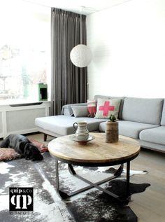 Ronde industriële salontafel met massief houten blad en ijzer frame met stelpoten. Robuust stoer industrieel design met een vintage uitstraling. - quip&Co -