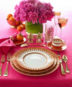 Hot pink and gold dinnerware. Pink Table Settings, Beautiful Table Settings, Place Settings, Dresser La Table, Table Rose, Romantic Table, Love Is In The Air, Deco Table, Decoration Table
