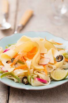 Sommerliche Gemüse-Nudeln mit der Extraportion Käse. Pasta mit viel frischem Gemüse wie Oliven, milden Fol Epi Scheiben und Olivenöl.