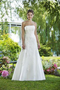 Een mooie A-lijn japon bedekt met kant #dress #Bride #Sweetheart