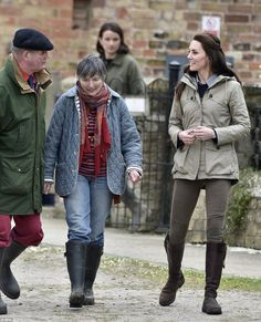 The duchess met with children's author Michael Morpurgo and his wife Clare. tan hooded jacket, jean pants, boots, farm, May 3 Catherine Duchess Kate, Duke And Duchess, Duchess Of Cambridge, Prince William And Catherine, William Kate, Michael Morpurgo, J Crew Cashmere, Kate Middleton Style, Zara Jeans