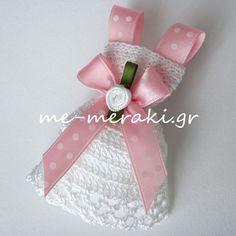 Handmade mpomponiera for christening. Μπομπονιέρα βάπτισης χειροποίητο πλεκτό φορεματάκι, με σατέν λουλουδάκι. Με Μεράκι Μπομπονιέρες www.me-meraki.gr Me Meraki Mpomponieres μπομπονιέρα βάπτισης ΥΦ027-Β Meraki, Wedding Favors, Party, Crafts, Diy, Craft Ideas, Dress, Notebooks, Miniatures