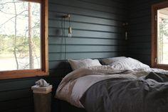Domargård - Villa Olivia -bloggaaja Sanna maalasi makuuhuoneen mökillä Syvänne-sävyllä. Täyshimmeä lopputulos saatiin Tikkurilan Harmony-maalilla.