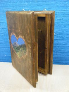 Χειροποίητη, ξύλινη κλειδοθήκη «Με θέα στο βουνό»
