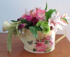 Flores2Home, regadera con flores en combinación de colores.