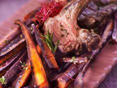 Carré d'agneau et ses carottes violettes rôties au thym et sel à l'ancienne