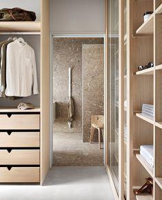 Fantastisk walk-in closet hos Villa Grå - Vardagsglädje Master Closet Design, Walk In Closet Design, Loft Closet, Wardrobe Closet, Walk In Closet Inspiration, Creative Closets, Walking Closet, Home Bedroom, Home Interior Design