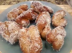 KOEKSISTERS South African take on the donut is, was and always will be staple in our family. Most Saturdays aunties would spend hours making these so we had fresh koeksisters on a Sunday morning with our coffee. South African Recipes, Ethnic Recipes, Africa Recipes, Koeksisters Recipe, Wine Recipes, Dessert Recipes, Yummy Recipes, Desserts, Recipies