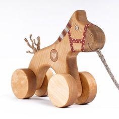 Naturlig leksak iträ - Trähäst på hjul