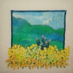 Tekstilt naturbillede Hånd- og maskinbroderi på silkemalet baggrund. Applikerede blomster