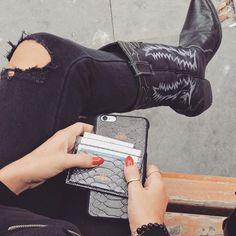 Metalik kursun yilan baskili iphone kapak ve kartlik takim| ne kadar az o kadar iyi  | bayanlarda artık kartlık kullanmaya baslıyor yaklaşan trendlere önceden başlamak istermisiniz, minik cantalara cok rahat sigdirabileceginiz kartliklarla tanisma vakti geldi, ustelik iphone kapaginizla takim  #new #style #accessories #tech #iphonecase #iphoneonly #backcover #leatheraccessories #luxury #basedinistanbul #cardholder #kartlık #metallic #calfleather #lifestyle #active #cool