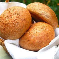 A foolproof recipe for whole wheat burger buns that are grillable, fluffy and nutritious. Whole Wheat Burger Bun Recipe, Whole Wheat Bread Machine Recipe, Bread Machine Recipes, Bread Recipes, Vegan Recipes, Vegan Hamburger Buns, Hamburger Bun Recipe, Whole Food Diet, Whole Food Recipes