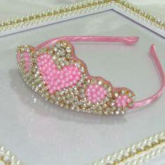Coroa rosa de pérolas com stráz e arco de metal revestido com cetim
