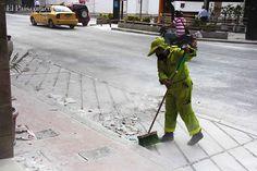 Un tapete de harina cubrió la Avenida Sexta luego del triunfo del América en la final del Torneo Postobón. Foto / Hroy Chávez