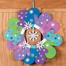 Поделку- Новогодний венок из ладошек, можно сделать на уроках труда или в старших группах в детском саду. Мастер- класс.